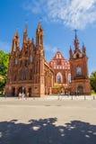 圣安妮` s教会和Bernardine修道院的教会在晴天在维尔纽斯老镇,立陶宛 库存照片