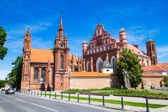 圣安妮` s教会和Bernardine修道院的教会在晴天在维尔纽斯老镇,立陶宛 免版税库存照片