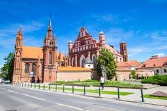 圣安妮` s教会和Bernardine修道院的教会在晴天在维尔纽斯老镇,立陶宛 库存图片