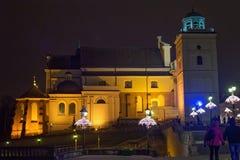 圣安妮` s教会的看法在华沙在晚上 它是有一个新古典主义的门面的多数著名的教会之一在波兰 免版税图库摄影