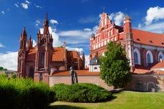 圣安妮` s Bernardine修道院的教会和教会在维尔纽斯`老镇,维尔尼亚河的银行的 库存照片