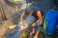 圣安娜,厄瓜多尔- 2017年5月07日:宰割午餐的一个未认出的僧人的特写镜头犰狳使用刀子 免版税库存照片