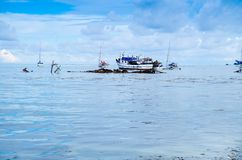 圣安德烈斯,哥伦比亚- 2017年10月21日:一个渔夫航行的美丽的景色在一条小船的在a期间的圣安德烈斯岛 免版税库存图片