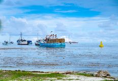 圣安德烈斯,哥伦比亚- 2017年10月21日:一个渔夫航行的美丽的景色在一条小船的在a期间的圣安德烈斯岛 库存图片