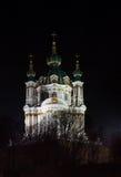 圣安德鲁的教会在晚上在基辅,乌克兰 免版税库存图片