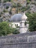 圣尼古拉教会圆顶在中世纪堡垒的墙壁上上升在老镇科托尔,黑山 库存照片