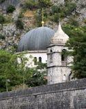圣尼古拉教会圆顶在中世纪堡垒的墙壁上上升在老镇科托尔,黑山 图库摄影