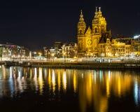圣尼古拉教会在阿姆斯特丹在晚上 库存照片