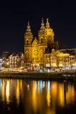圣尼古拉教会在阿姆斯特丹在晚上 免版税库存照片