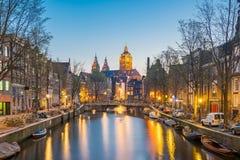 圣尼古拉教会在阿姆斯特丹市在晚上在Netherlan 图库摄影