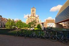 圣尼古拉教会美丽的景色城市的历史部分的 晴朗日的春天 库存图片