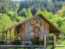 圣尼古拉斯东正教在Slokoshtitsa,丘斯滕迪尔,保加利亚村庄  免版税库存图片