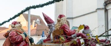 圣尼古拉斯和圣诞老人在圣诞节市场上在雷根斯堡,德国 免版税库存图片