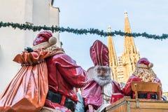 圣尼古拉斯和圣诞老人在圣诞节市场上在雷根斯堡,德国 图库摄影