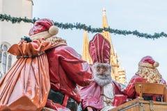 圣尼古拉斯和圣诞老人在圣诞节市场上在雷根斯堡,德国 库存照片