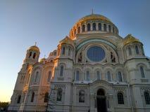 圣尼古拉斯喀琅施塔得海军大教堂在夏天 免版税库存照片
