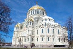 圣尼古拉斯大教堂反对蓝天关闭的Wonderworker在一个晴朗的劳动节 Kronstadt 免版税库存图片
