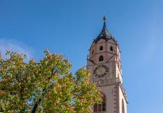 圣尼古拉斯大教堂的钟楼在梅拉诺,波尔查诺,南蒂罗尔,意大利 免版税库存图片
