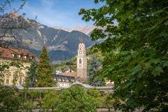 圣尼古拉斯大教堂的钟楼在梅拉诺,波尔查诺,南蒂罗尔,意大利 库存照片