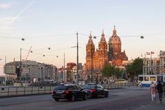 圣尼古拉斯天主教在日落光芒的阿姆斯特丹  库存照片