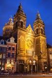 圣尼古拉斯教会在晚上在阿姆斯特丹 免版税库存图片