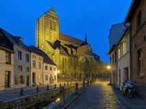圣尼古拉斯教会晚上视图在维斯马,德国 库存照片