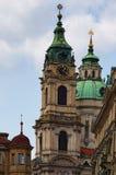 圣尼古拉斯教会的美丽的景色在Malostranske广场 布拉格 cesky捷克krumlov中世纪老共和国城镇视图 库存图片