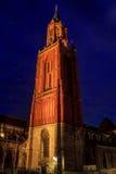 圣尼古拉斯教会钟楼在马斯特里赫特在晚上 库存图片