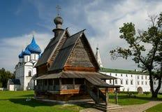 圣尼古拉斯木教会在苏兹达尔克里姆林宫  教会金黄环形suzdal的俄国 免版税库存图片