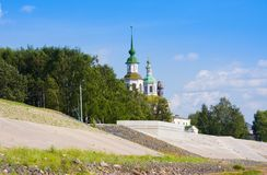 圣尼古拉斯河Suhona和教会的堤防在夏天 Veliky Ustyug 莫斯科 库存照片