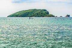 圣尼古拉斯海岛的看法亚得里亚海的海湾的在布德瓦镇,黑山的著名旅游胜地附近的 免版税库存图片