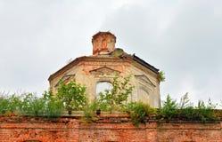 圣尼古拉斯被毁坏的教会在村庄Priluki 免版税库存图片