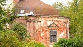 圣尼古拉斯被毁坏的教会在村庄Priluki 免版税库存照片
