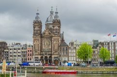 圣尼古拉斯运河和教会在火车站前面的 阿姆斯特丹荷兰荷兰 免版税图库摄影