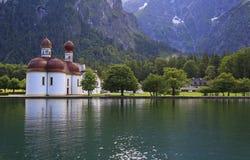 圣巴塞洛缪修道院Konigssee湖银行的  免版税图库摄影
