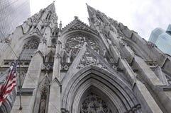 圣帕特里克从曼哈顿中城的大教堂门面在纽约在美国 图库摄影