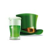 圣帕特里克天绿色帽子玻璃啤酒党 库存图片