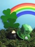 圣帕特里克的与妖精帽子和彩虹的日静物画。 垂直 库存图片