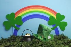 圣帕特里克的与妖精帽子和彩虹的日静物画。 免版税库存图片