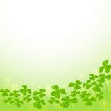圣帕特里克的天与三叶草的传染媒介背景 免版税图库摄影