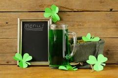 圣帕特里克的天与三叶草的绿色啤酒 免版税库存照片