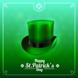 圣帕特里克的天与妖精帽子的贺卡在绿色背景 免版税库存照片