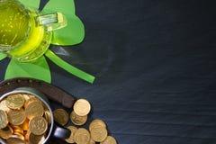 圣帕特里克的天摘要背景用绿色啤酒 免版税库存图片