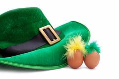 圣帕特里克的天服装帽子妖精绿色白色鸡蛋绿色黄色羽毛isoiated头发 库存图片