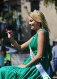 圣帕特里克的天游行的少女小姐 免版税库存照片