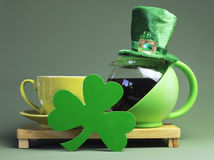 圣帕特里克的日与妖精帽子的咖啡休息 免版税库存照片