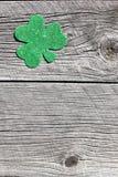 圣帕特里克的日背景的三叶草摘要 库存图片