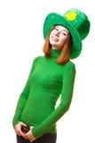 圣帕特里克节妖精党帽子的红色头发女孩 库存图片
