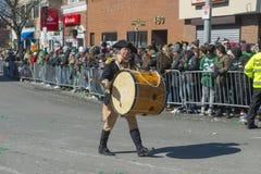 圣帕特里克节游行的波士顿,美国鼓手 库存照片