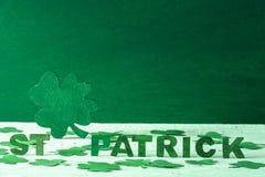 圣帕特里克词和绿色三叶草 库存图片